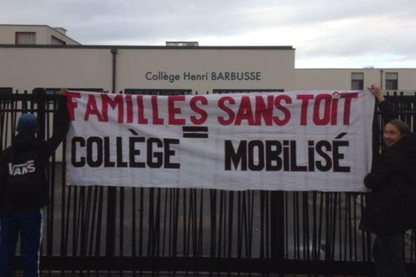 Une mère d'élève et deux de ses enfants vont passer la nuit dans une salle de sport de ce collège de Vaulx-en-Velin