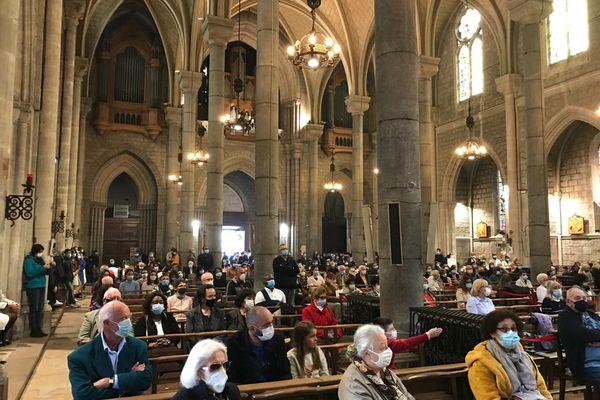 Les fidèles sont réunis dans le respect des gestes barrière en la basilique Notre-Dame de Nice.