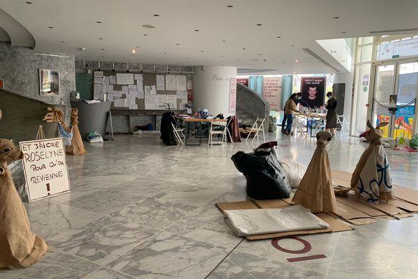 Le hall du théâtre National de Nice est occupé par des étudiants et des intermittents.