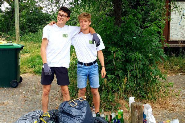 Félix Chefdor à gauche et Killian Le Guyader à droite après une collecte de déchets aux étangs d'Apigné à Rennes.