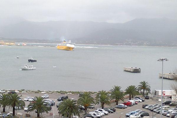 Baie d'Ajaccio, le 26 décembre 2013. Les navires en attente au large en raison des coups de vent