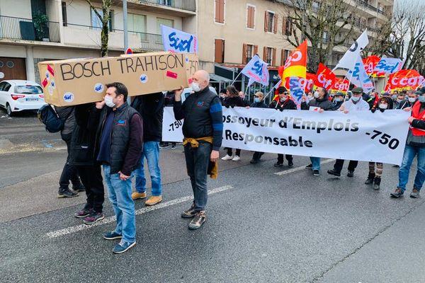 """""""Cette journée doit marquer le début de la lutte après la suppression de 750 emplois d'ici 2025"""", ont annoncé les syndicats de l'usine Bosch."""