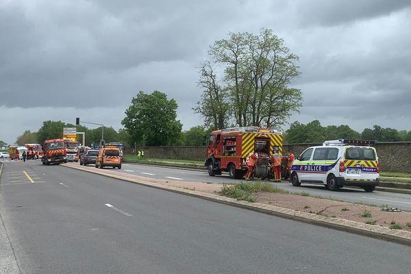 Dispositif de sécurité des policiers et pompiers à Villecresnes (Val-de-Marne) suite à une collision entre une un poids-lourd et une ambulance des Sapeurs-pompiers de Paris. Photo Marion Lompageu.