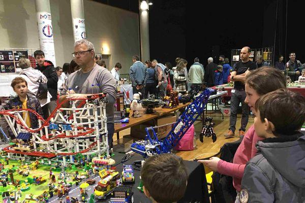 Les 2 et 3 mars, plus de 5000 fans sont venus célébrer l'univers Lego à Cusset dans l'Allier. Que l'on soit petit ou grand, la petite brique danoise attire les passionnés.