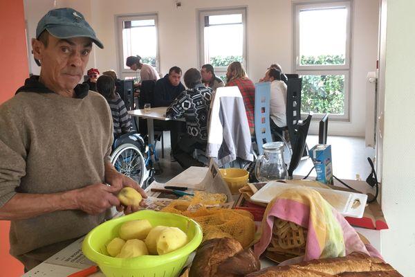 Georges vivait dans la rue il y a deux mois. Aujourd'hui, il cuisine pour les autres résidents de la pension de famille de Vendôme.