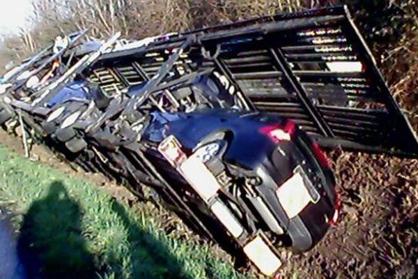 un camion porte voitures accidenté sur l'autoroute A11, sens Paris-Province, à hauteur de la commune de Sargé-lès-le-Mans.