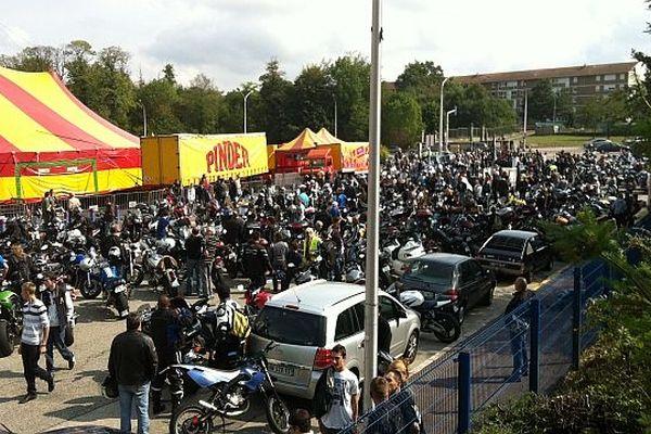 Des dizaines de motards se sont bruyamment rassemblés à 14h devant le parc des expositions de Limoges.