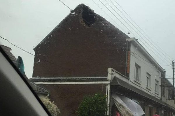 Une maison fracturée par la foudre, à Billy-Berclau (62).