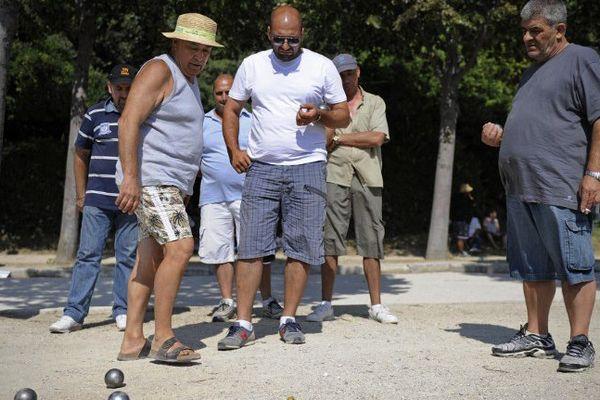 Le mondial à pétanque dans les allées du parc Borely à Marseille.