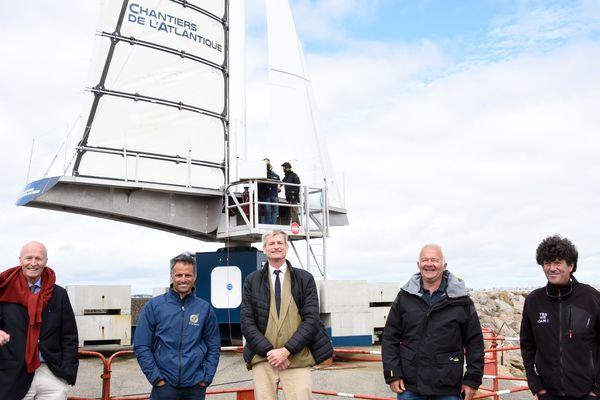 Jean Le Cam (à droite)  et Franck Cammas (2e gauche), navigateurs émérites, sont venus voir le prototype de voile rigide Solid Sail, mis au point par les Chantiers de l'Atlantique et implanté au port de Pornichet