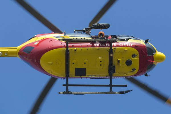Un hélicoptère Dragon a participé aux recherches du migrant retrouvé mort à la frontière de Vintimille, le 21 mars 2017 (Archives)