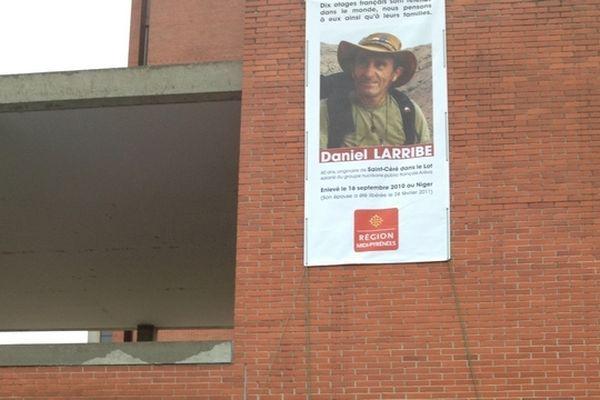 La photo de Daniel Larribe sur la façade de l'hôtel de région