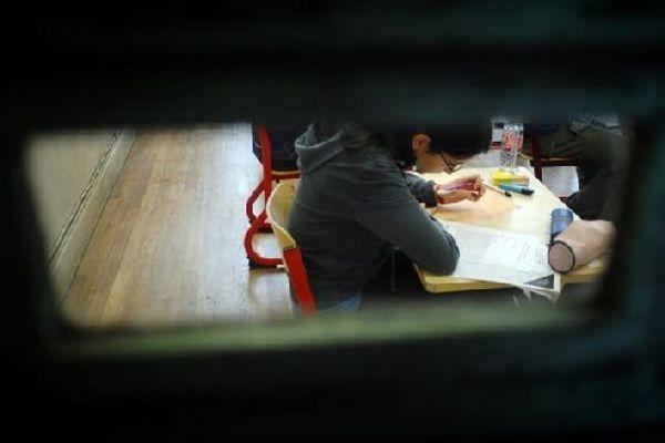 Une lycéenne commence à remplir la copie de son baccalauréat de philosophie, le 11 juin 2007 au centre d'examen Molière à Paris.