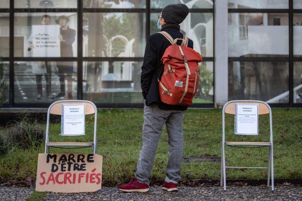 """Rassemblement à Bordeaux 25 janvier 2021 à l'Université Bordeaux Montaigne contre  une """"rentrée fantôme"""" (25/01/2021)."""