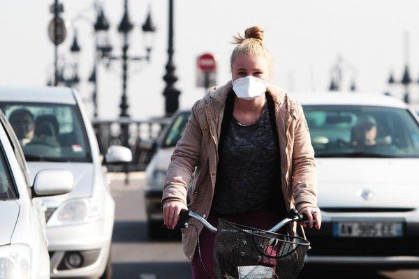Une cycliste lors d'un pic de pollution à Bordeaux (Gironde), le 14 mars 2014.