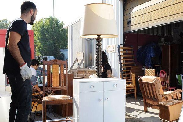 Déchargement de meubles devant l'Atelier d'éco solidaire à Bordeaux, ils seront ensuite revendus par la Ressourcerie. L'Atelier d'éco solidaire fait partie des cinq structures à l'origine du projet Ïkos.