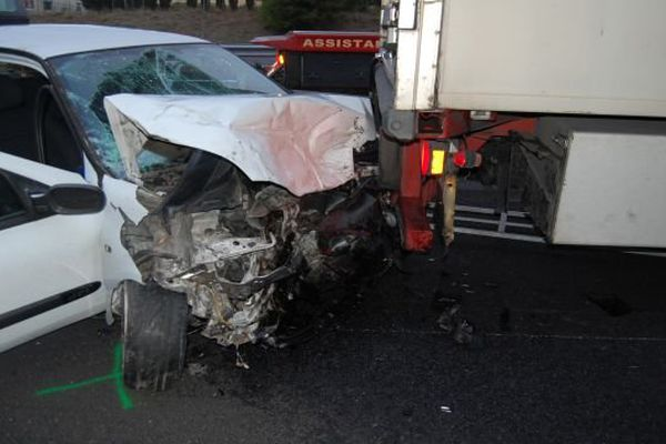 Les deux occupants de cette voiture, à l'origine du carambolage où 4 personnes ont été blessées dimanche matin, sont en fuite