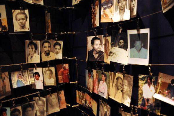 Les photos de certaines victimes, exposées au mémorial de Kigali au Rwanda.