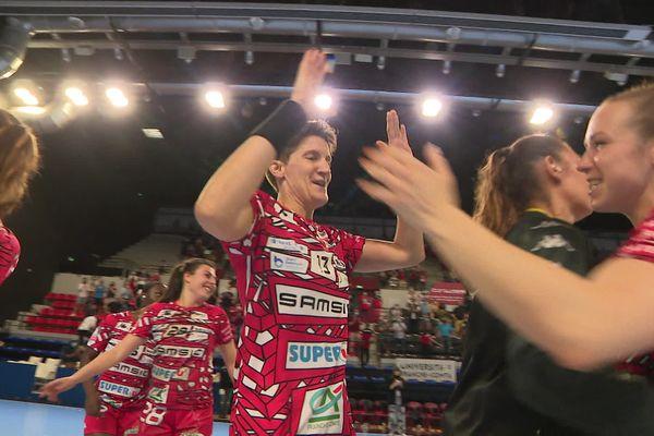 Raphaëlle Tervel (à gauche de l'image), la coach de l'ESBF, a fait ses adieux à son équipe en jouant les dernières minutes du match.