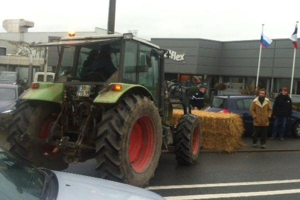 La confédération paysanne manifeste devant les locaux de Allflex à Vitré