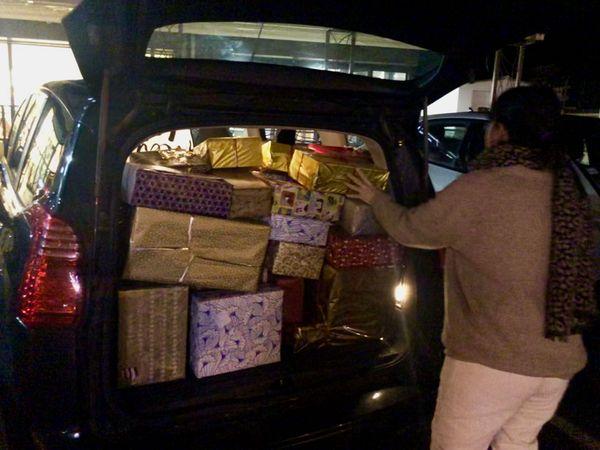 Après la collecte, il faut transporter les paquets jusqu'à l'entrepôt où ils seront gardés jusqu'à Noël