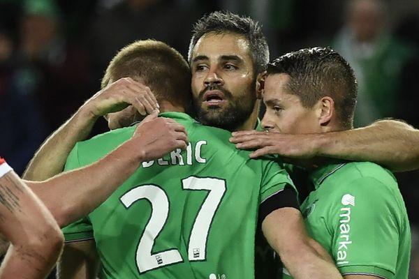 Le slovène Robert Beric (de dos) félicité par ses coéquipiers après marqué face au portier bordelais Cédric Carasso.