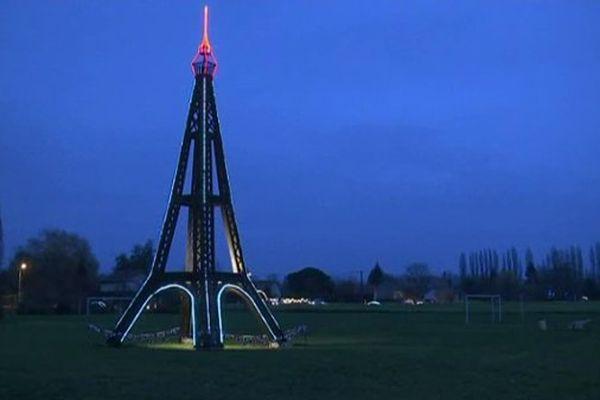 Une décoration en forme de Tour Eiffel, à Vimpelles, en Seine-et-Marne.