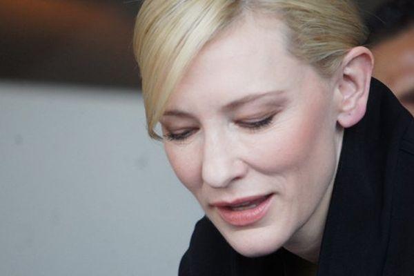 Cate Blanchett signant des autographes après sa conférence de presse à Deauville