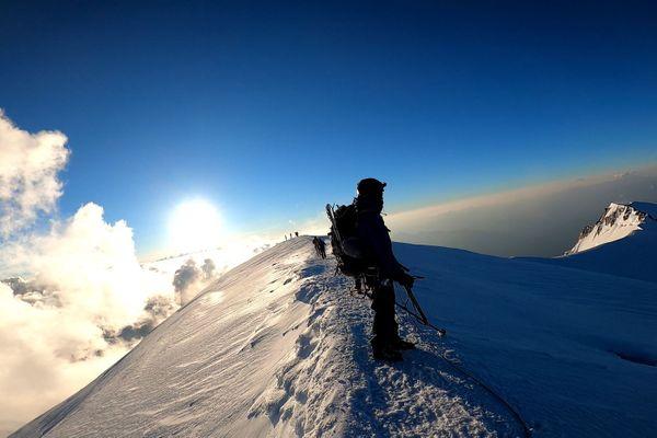 Deux alpinistes Italiens amputés ont gravi le mont Blanc par l'une des voies les plus difficiles.