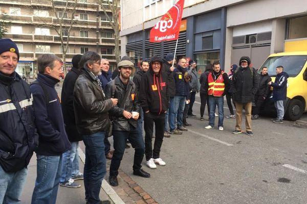 Les facteurs grévistes devant la Poste de Saint-Cyprien.