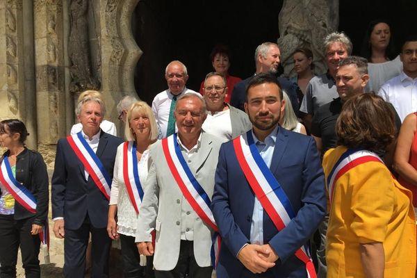 Romain Lopez (à droite veste bleue et barbe) , 31 ans et membre du Rassemblement National, est depuis le samedi 4 juillet, le nouveau maire de la commune de Moissac (Tarn-et -Garonne).