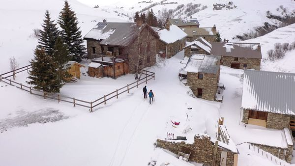 Erin Smart, Guide de haute montagne, accompagne Laurent pour une randonnée vers le hameau de Clos Raffin, au dessus de La Grave.