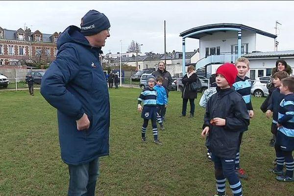 Le président de la fédération française de rugby  avec les enfants du HAC rugby