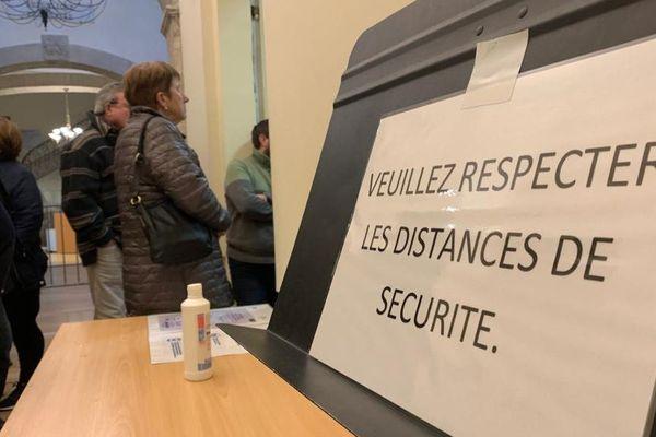 Lors du premier tour des élections municipales 2020 des distances de sécurité entre chaque personne pour limiter la propagation du coronavirus, pas toujours respectées; comme ici à Limoux - 15 mars 2020