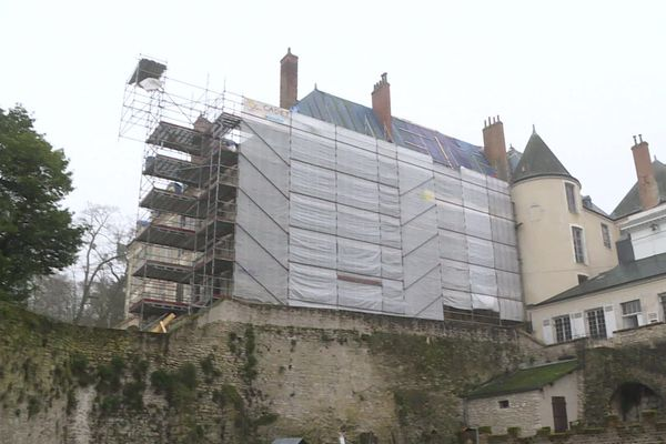 Des bâches ont été installées à l'extérieur pour préserver le château.