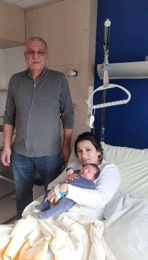 Kamel, Chahira et le petit Enzo à l'hôpital du Mans où la naissance a eu lieu.