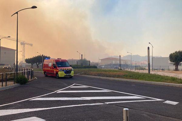 L'incendie menace les habitations entre Néfiach et Millas dans les Pyrénées-Oirentales