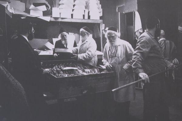 Fabrication de pain azyme à Brooklyn, chez les Juifs ultra-orthodoxes.