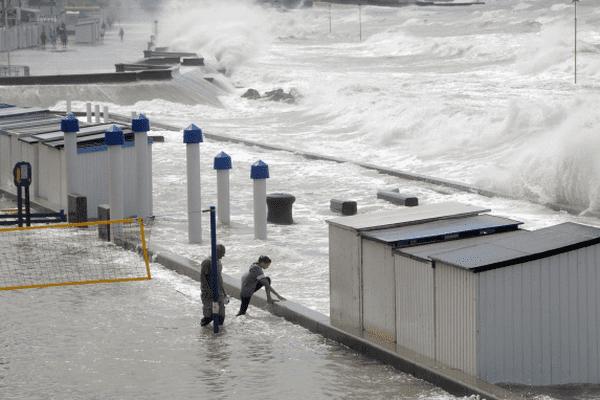 (Archive) Coup de vent et marée haute sur la digue de Wimereux le 11 août 2014.