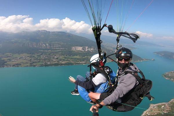 En Haute-Savoie, l'association Nos p'tites étoiles a offert un vol en parapente à des enfants malades et leurs proches.