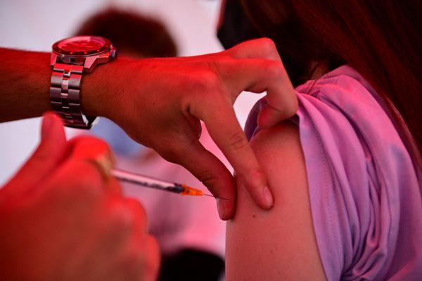 La semaine passée, la Normandie a ainsi atteint son plus haut niveau d'injections depuis le lancement de la campagne avec 238 541 injections réalisées sur la semaine, selon l'ARS.