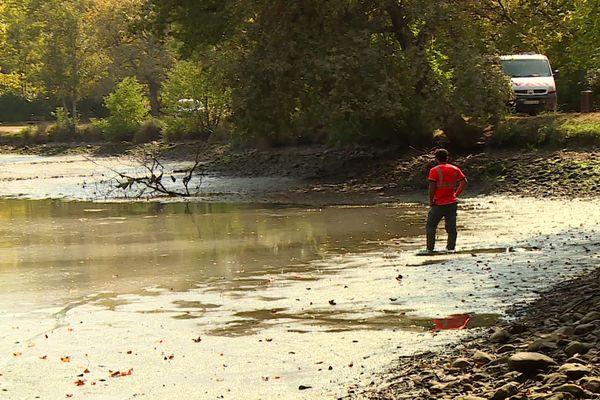 Spectacle de désolation ce jeudi matin à la découverte du lac vide, un lieu prisé des promeneurs et des pêcheurs