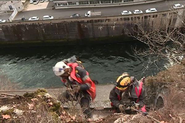 Des cordistes consolident la roche au-dessus du barrage de Bort-les-Orgues en Corrèze