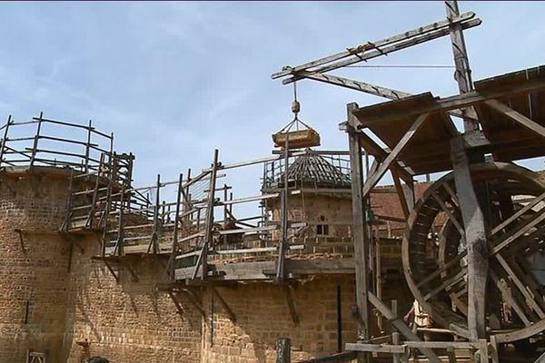Depuis une vingtaine d'années, des passionnées construisent pierre après pierre un château-fort à Treigny dans l'Yonne.