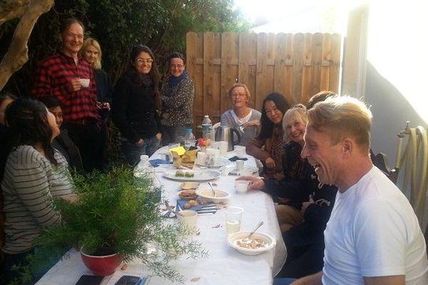 A droite Heikki Kotilainen, cuisinier d'un jour, avec ses convives, lors de la 15e édition du Restaurant Day à Montpellier le 15 Novembre 2014.