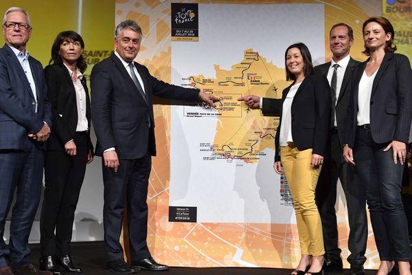 Gilles Bourdouleix (3e gauche) lors de la présentation du Tour de France 2018 le 17 octobre 2017 à Paris