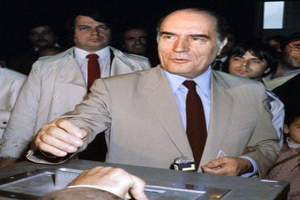 Le 10 mai 1981, le candidat socialiste François Mitterrand met son bulletin de vote dans une urne de Château-Chinon pour le second tour des élections présidentielles.