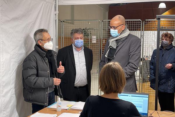 M. Pierre N'Gahane, préfet de la Marne, est venu visiter le centre de vaccination.