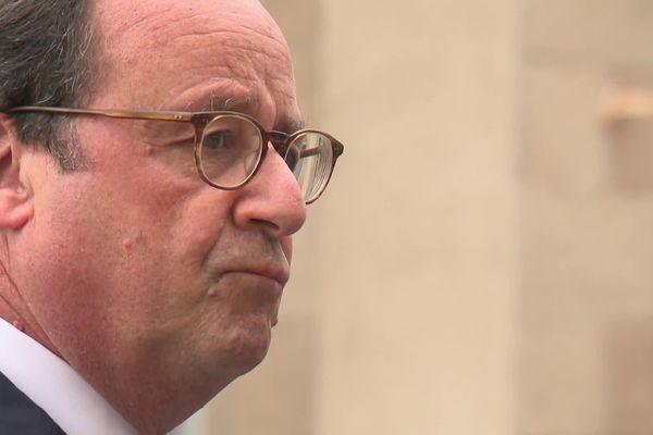 François Hollande soucieux devant l'hôtel de ville de Tulle
