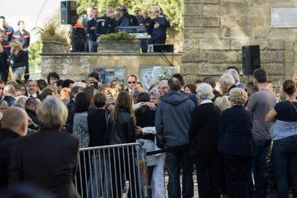 Recueillement lors des obsèques de Laura et Mauranne à Eguilles le 5 octobre 2017.